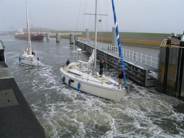 Open sluiskolk zeilboot stroming
